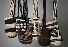 Mochilas Arhuacas!!! Colombia!!! Fashion Wear, Mens Fashion, Crochet Butterfly, Textiles, Sewing Art, Tapestry Crochet, Knitted Bags, Basket Weaving, Knitting