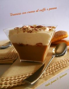 Coppette di tiramisù con crema al caffè e panna fresca. Ricetta dolci al cucchiaio