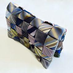 kopertówka, torebka mała uszyta z krawatów, upcycling, diy. Można się zainspirować albo zamówić taką na www.myguru.pl