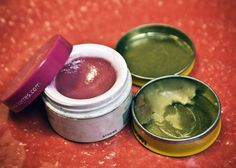 How to clean and reuse old makeup containers. Crunchy Betty How to clean and reuse old makeup containers. Makeup Containers, Lip Balm Containers, Cosmetic Containers, Homemade Lip Balm, Diy Lip Balm, Diy Makeup Foundation, Old Makeup, Diy Body Scrub, Homemade Cleaning Products