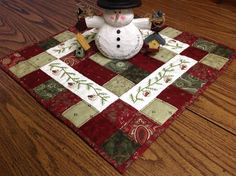 All about the buttons. Quilted Table Runners Christmas, Patchwork Table Runner, Christmas Patchwork, Table Runner And Placemats, Christmas Sewing, Christmas Embroidery, Christmas Crafts, Dog Quilts, Mini Quilts