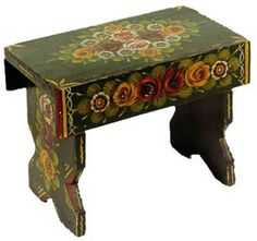 Bench painted in gypsy style. Castle Painting, Boat Painting, Painted Wood Walls, Painted Furniture, Canal Boat Art, Compton Verney, Forest Cottage, Painting Bathtub, Paint Designs