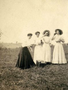 Teachers have a spot to drink on Spring Break. - 25 Rare Historical Photos Youve Probably Never Seen Before Part 2 Best of Web Shrine Vintage Pictures, Old Pictures, Vintage Images, Old Photos, Rare Historical Photos, Rare Photos, Vintage Photographs, Edwardian Era, Edwardian Fashion