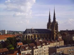 Metz mérite que l'on délaisse ses préjugés. Elle n'est certes pas au premier abord aussi riante que Nancy, sa voisine. Mais celle que l'on dit grise sait dévoiler ses murs jaunes, mordorés et ocres au visiteur qui accordera un séjour à Metz. En savoir plus sur http://www.sejour-touristique.com/vacances-en-france/decouverte-de-nos-regions/lorraine/moselle/metz.html#b0Kc5y6hoq5BOEsW.99