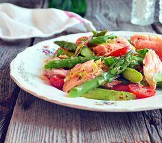 Salade de saumon avec des asperges croquantes, le tout servi avec une vinaigrette à l'orange et à la moutarde de Dijon. Une salade repas tout en fraîcheur ...