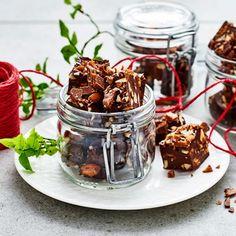 En Daim kan lyxa till vilken dessert som helst, även julens klassiska fudge. Tillsammans med två sorters choklad och salta rostade mandlar får denna daimfudge en garanterad plats i godishimlen. Eller på julbordet i alla fall.