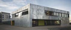 Massivbau - Öffentliches modernes Gebäude - Frontansicht