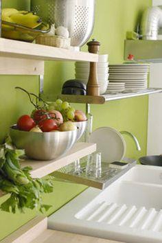 couleur peinture pour relooker la cuisine.Peinture murale et crédence de couleur vert perle d'eau. Des étagères couleurs ivoire ont été inst...