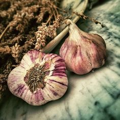 While garlic is an important ally for natural health, it has many more functions. Check out these 14 unusual alternative uses for garlic. Natural Cures, Natural Health, Color Combos, Color Schemes, Planting Garlic, Garlic Benefits, Raw Garlic, Black Garlic, Natural Remedies