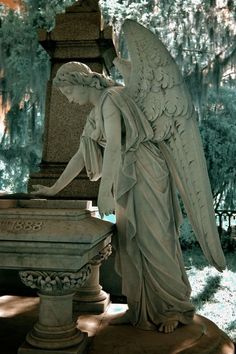 statues-and-monuments Laurel Grove Cemetery, Savannah, Georgia Photographer: Dick Bjornseth Cemetery Angels, Cemetery Statues, Cemetery Art, Statue Ange, Bonaventure Cemetery, Old Cemeteries, Graveyards, I Believe In Angels, Ange Demon