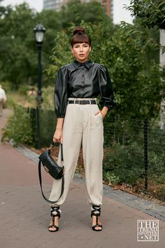 See the latest fashion trends and best street style captured at New York Fashion Week Spring/Summer New York Fashion Week 2017, La Fashion Week, New York Fashion Week Street Style, Fashion Moda, Cool Street Fashion, Street Chic, Fashion 2020, Look Fashion, New Fashion