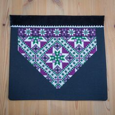 Bunad og Stakkastovo AS Palestinian Embroidery, Crochet Bedspread, Bead Crochet Rope, Star Patterns, Diy And Crafts, Cross Stitch, Textiles, Symbols, Beads
