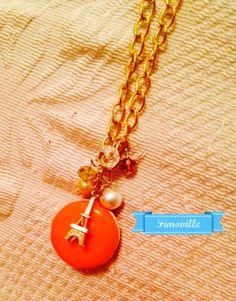 """Collana lunga con catena dorata """"Parigi in love"""" con perle,ciondolo macarons in fimo e charms."""