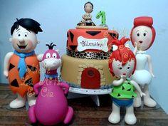 Lindos personagens modelados em biscuit, com muito carinho e detalhes. <br> <br>Essa família querida fará sucesso em festas de crianças e adultos! <br> <br>Temos disponível para locação os 4 personagens e o bolo cenográfico. Topo de bolo é feito por encomenda. <br> <br>Personagens da Vilma e Fred com 30/32cm. Depois, com uns 25cm. <br> <br>Locação para SP capital e região. Consulte-nos!