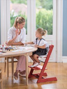 Der Aufbau des STOKKE Hochstuhls ist so einfach wie genial: Das Sitzbrett und die Fußstütze können sowohl in der Höhe als auch in der Tiefe unabhängig voneinander variiert werden. So wächst der Tripp Trapp von STOKKE ein Leben lang mit. Außerdem hat er noch viele weitere Vorteile: - Das klassisches, ikonisches Design ist immer im Trend - Die stabile Fußstütze bietet deinem Kind Halt und Komfort - Die solide Konstruktion aus europäischem Buchenholz trägt ein Erwachsenengewicht bis zu 110 kg Scandi Home, Baby Kind, Komfort, Desk, Furniture, Home Decor, Timber Supplies, Stokke High Chair, Benefits Of