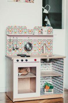 play kitchen- I wonder if the carpenter can make this. Diy Play Kitchen, Toy Kitchen, Play Kitchens, Diy Karton, Childrens Kitchens, Deco Kids, Homemade Toys, Kids Corner, Play Houses