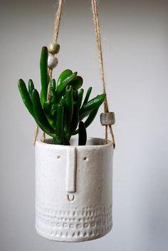Petit pot suspendu devant fenêtre + plantes grasses