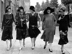 "How to Be a Flapper Girl. Being a flapper was a trend in the Roaring Twenties, where some women rebelled against some of society's strict expectations of females. Flappers were women who liked to be ""in the now styles and fads"", and. 1920 Style, Style Année 20, Flapper Style, 1920s Flapper, Flapper Fashion, Flappers 1920s, Fashion 1920s, Women's Fashion, Simply Fashion"