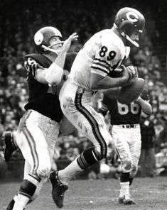 Bears TE Mike Ditka catches a pass against the Steelers. Chicago Bears Pictures, Nfl Chicago Bears, Bears Football, Football Players Photos, Football Pics, School Football, Baltimore Colts, Cincinnati Bengals, Indianapolis Colts