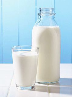 Many types of milk can be used to make kefir. We look at the different kinds of milk - raw, pasteurized or UHT - used to make kefir and their pros and cons. Ibs Trigger Foods, Sante Plus, Arthritis Diet, Rheumatoid Arthritis, Fat Free Milk, Sugar Free, Sem Lactose, Lactose Free, Gluten Free