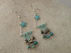 Earrings ethnic beaded turquoise and beige speckled. Nickel free metal clip. Length: 6.5 cm width: 2 cm Sending in bubble envelope and organza pouch
