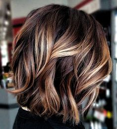 70 Fantastic Stacked Bob Haircut Ideas Wavy Lob With Sandy Highlights ❤ If you are looking for various ways to wear a stacked bob hairstyle, we have some excellent options for you to explore. A cut like this is sassy and trendy. Hair Color Balayage, Hair Highlights, Color Highlights, Bob Hair Color, Medium Brown Hair With Highlights, Brown Balayage, Medium Hair Styles, Short Hair Styles, Medium Wavy Hair
