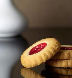 Φτιάξτε αυτά τα υπέροχα μπισκότα και μάλιστα δοκιμάστε να φτιάξετε και τη δική σας σπιτική μαρμελάδα φράουλα. Greek Sweets, Cooking Cookies, Christmas Cooking, Greek Recipes, Cupcake Cookies, Biscotti, Cookie Recipes, Food Processor Recipes, Sweet Tooth