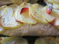 filetto di pesce (merluzzo, platessa, cernia o altro) fresco o surgelato patate già lessate sale, pepe, pomodorini olio  procedimento oleate una teglia e disponetevi il filetto di pesce, salate, pepate e condite con olio tagliate a fette sottili le patate e disponetele in ordine su ogni filetto di pesce, quindi condite con sale, pepe …