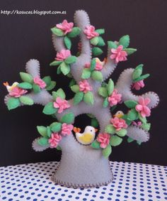 Baum mit Vogel Kosucas: Arbol de fieltro, parte This is a charming little felt tree with flowers and a sweet birdie. Diy And Crafts, Arts And Crafts, Felt Tree, Felt Patterns, Felt Fabric, Felt Hearts, Felt Diy, Felt Dolls, Felt Ornaments