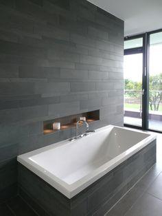 Cooles Badezimmer Mit Schönen Fliesen , Die Holz Imitieren ... Moderne Badezimmer Mit Dusche Und Badewanne