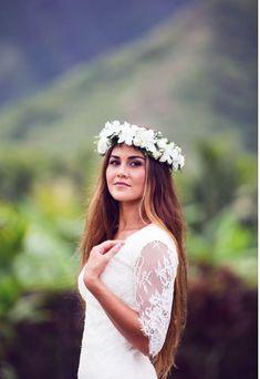Hawaii bride haku lei- Love to wear a beautiful haku lei for my wedding. To have a beautiful white flowers (near future may change but white flowers of Hawaii/Samoan please). Beach Wedding Hair, Hawaii Wedding, Dream Wedding, Wedding Day, Boho Wedding, Hawaiian Flower Crown, Flower Crown Wedding, Flower Crowns, White Flower Crown