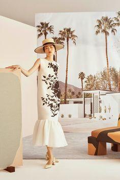 Carolina Herrera Resort Fashion Show Collection: See the complete Carolina Herrera Resort collection. Look 1 Runway Fashion, High Fashion, Fashion Outfits, Fashion Trends, Fashion Weeks, Paris Fashion, Vogue Fashion, Dress Fashion, Fashion Beauty