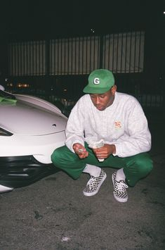 Tyler the creator is wearing his own brand GOLF in this photo with a forest green hat that matches his chinos. Styled with a higher pant cuff and checkered vans. Tyler the creator is huge influence in the fashion industry and youth. Markus S Mode Streetwear, Streetwear Fashion, Tyler The Creator Outfits, Tyler The Creator Fashion, Tyler The Creator 2016, Golf Fashion, Mens Fashion, Fashion Edgy, Fashion 2018