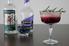 Blauwe bessen, gin, blueberry likeur, limoen en rozemarijn. Deze Blueberry Gin Symphony is een ware symfonie aan smaken die bij elkaar passen!