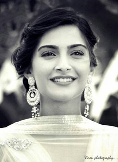 The Highly Paid Bollywood Actress, Sonam Kapoor Beautiful Bollywood Actress, Beautiful Indian Actress, Beautiful Actresses, Beautiful Ladies, Indian Celebrities, Bollywood Celebrities, Bollywood Stars, Bollywood Fashion, Sonam Kapoor Hairstyles