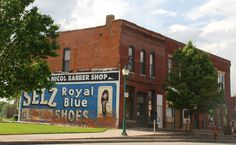 """ Selz Royal Blue Shoes Mural "" in Chenoa Illinois  http://route66jp.info Route 66 blog ; http://2441.blog54.fc2.com https://www.facebook.com/groups/529713950495809/"