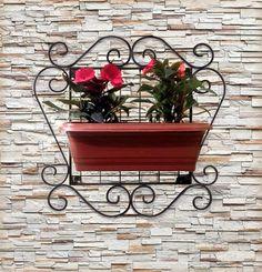 Num pequeno espaço disponível em sua casa ou apartamento, você poderá ter um maravilhoso cantinho verde, com aroma de flores, hortaliças, chás, ervas aromáticas e/ou medicinais, etc. Vantagens em adquirir: Baixíssima manutenção. Design clássico exclusivo e bonito, é confeccionado artesanalme... Container Flowers, Metal Crafts, Balcony Garden, Plant Decor, Wrought Iron, Metal Art, Metal Working, Flower Pots, Pot Holders