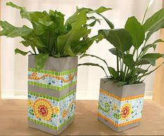 Macetas de reciclaje o recicladas Mosaic Planters, Mosaic Vase, Mosaic Garden, Cement Flower Pots, Mosaic Flower Pots, Cement Art, Concrete Art, Mosaic Crafts, Mosaic Projects