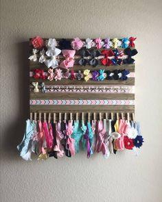 Easy Baby Shower Gifts - 5 Minute No Sew DIY Headband Tutorial Bow headband holder Baby Nursery Organization, Nursery Storage, Closet Organization, Organization Ideas, Storage Ideas, Headband Organization, Storage Shelves, Baby Bows, Baby Headbands