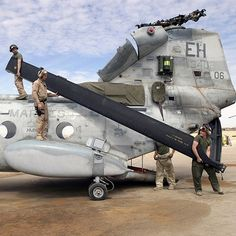 Changing blades on the CH-46E, HMM-266