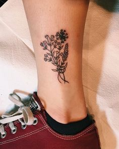 There are many designs for tattoos. But flower tattoos are always best. If you are looking for the best flower tattoos ideas for women then you are at the right place. Flower Tattoos Design Ideas For Piercing Tattoo, Detailliertes Tattoo, Form Tattoo, Shape Tattoo, Piercings, Tattoo Baby, Mini Tattoos, Little Tattoos, Body Art Tattoos