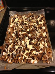 Better than Sex Chex Mix – Recipe – Gesunde Snacks und Snack-Mix Snack Mix Recipes, Candy Recipes, Yummy Snacks, Yummy Treats, Delicious Desserts, Healthy Snacks, Sweet Treats, Yummy Food, Snack Mixes