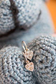 """#Earings #Lásky #Handmade #NaturalGemstones Diamonds #Gold #Nausnicky #Jewelry. Či už je vaša malá princezná na svete 10 dní, 10 mesiacov alebo 10 rokov, detské náušničky Lásky s 10 briliantmi môžu byť tým najbrilantnejším spojením rodinného puta. Krásneho aj bezpečného. Naše náušničky totiž vyrábame so špeciálnym zapínaním vpredu, aby slovo """"komfort"""" nebolo len vzdušným zámkom, ale faktom, ktorý sme s láskou a vášňou zhmotnili aj pri tomto srdcovom skvoste, generačnom klenote. Diamond Earrings, Stud Earrings, Druzy Ring, Hearts, Jewelry, Jewlery, Jewerly, Stud Earring, Schmuck"""