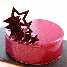 Sublime gâteau rose paillettes avec de belles étoiles au chocolat