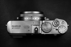 About six years ago Fujifilm introduced the magical X100 which was received very well and gained a lot of followers. Over the years two successors, the X100S and the X100T were released. The form has not changed much and the concept of a fixed lens camera in a small body remains alluring up to today