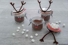 Weihnachtskakao-Mix selber machen - Heiße Schokolade als Geschenk aus der Küche für Weihnachten mit einem Rezept aus nur 2 Zutaten.   www.schninskitchen.de Christmas Gifts, Xmas, Food And Drink, Cocktails, Pudding, Homemade, Tableware, Desserts, Shake