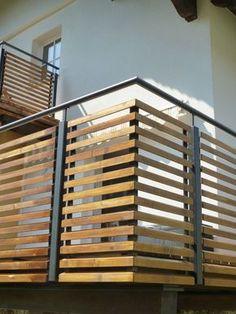 Balkongeländer Stahl pulverbeschichtet mit Holz-Rhombusfüllung