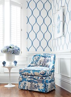 Camber #wallpaper in #blue from the Geometric Resource 2 collection and the Brentwood Chair w/ skirt from #ThibautFineFurniture in Luzon #fabric in #blue from the Enchantment collection. #Thibaut