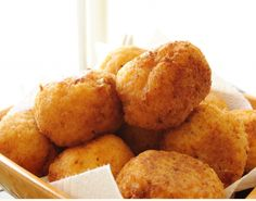 Sicilian Rice Balls or Arancini. This recipe uses ground beef and peas. You can use different things to change the flavor - pesto, tomato, spinach. Appetizer Recipes, Snack Recipes, Cooking Recipes, Snacks, Appetizers, Italian Dishes, Italian Recipes, Italian Foods, Arancini Recipe