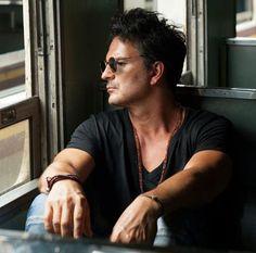 "Arjona lanza ""Circo Soledad"" Male Makeup, Iphone, Natural, Amor, Ricardo Arjona, Loneliness, Boyfriend, Songs, Display"